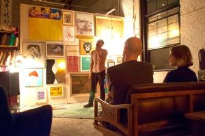 Comedian Josh Machiz performing in Como se Dice