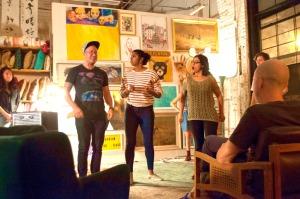 Three actors improvising in Como se Dice